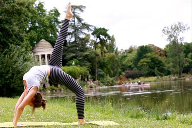 Variante de Cakrasana avec Elodie Yoga à Paris et Boulogne Billancourt