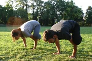 Elodie Yoga mains herbe6