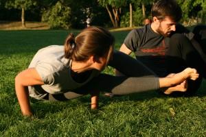 Elodie Yoga mains herbe3