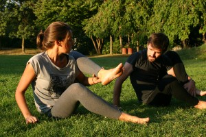 Elodie Yoga mains herbe2