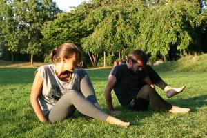 Elodie Yoga mains herbe1