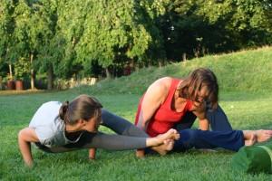 Elodie Yoga mains herbe5